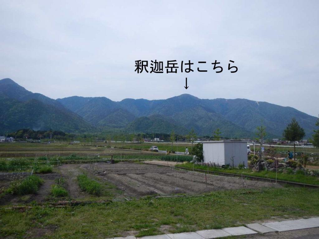 比良駅から釈迦岳を望む