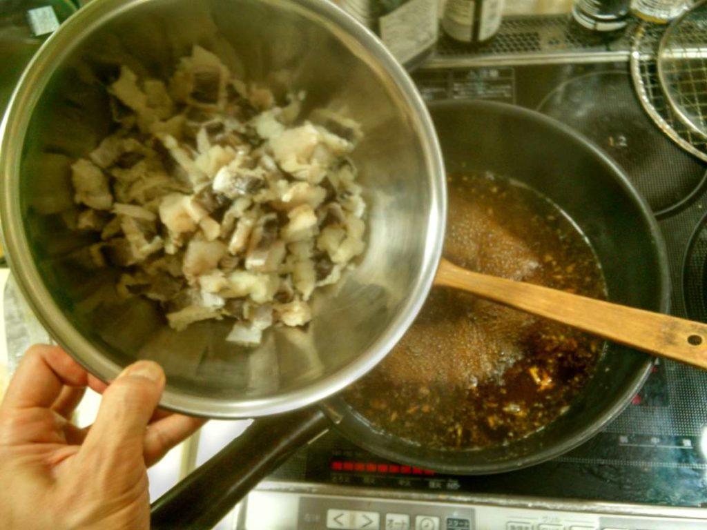 ハモを煮汁に入れるところ