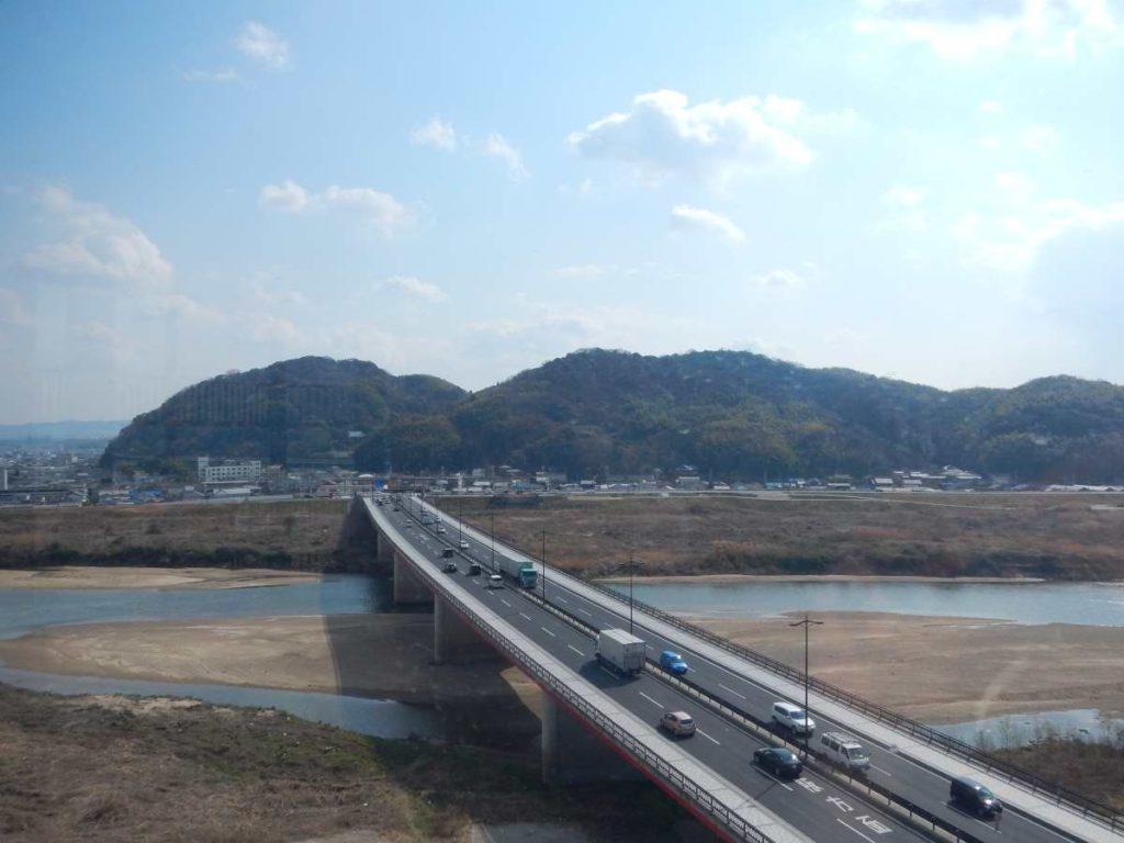 川と橋と男山