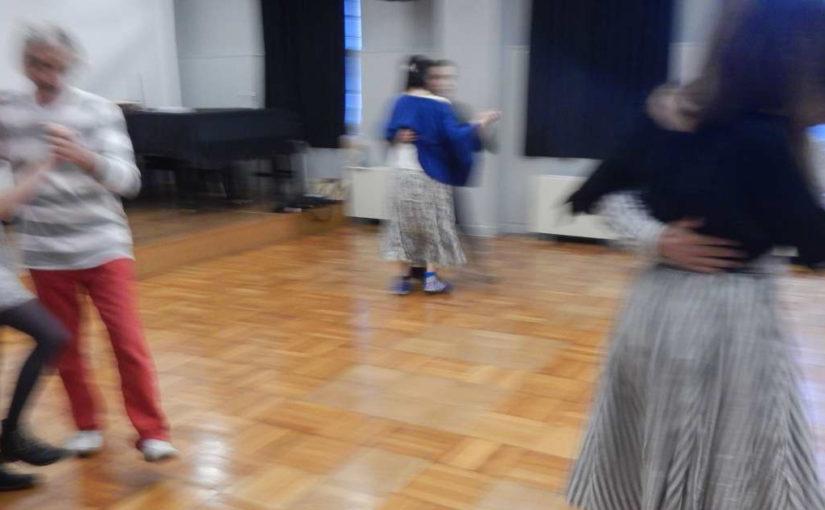 フランス人女子大生とも踊るフォークダンス