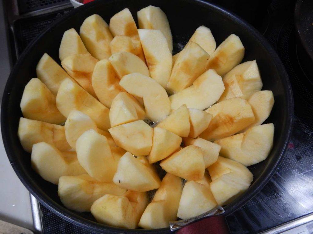 フライパンにりんご