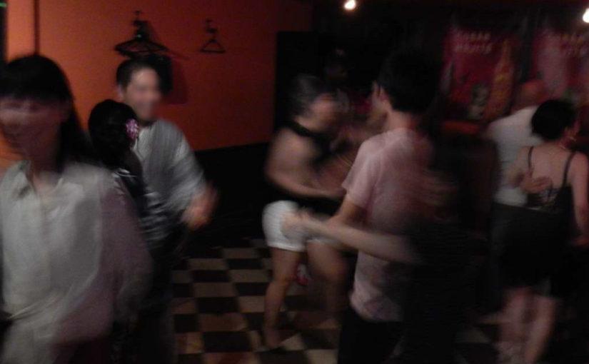 汗だくで真剣に踊りすぎなのか?サルサダンス
