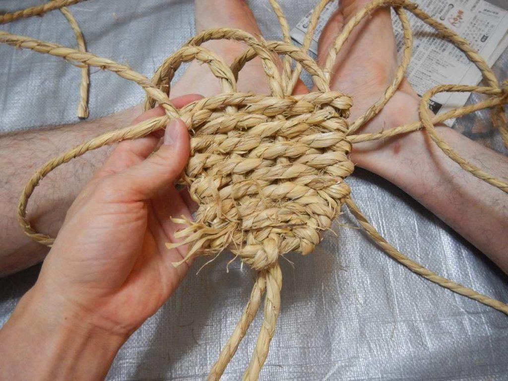 わら草履を編む