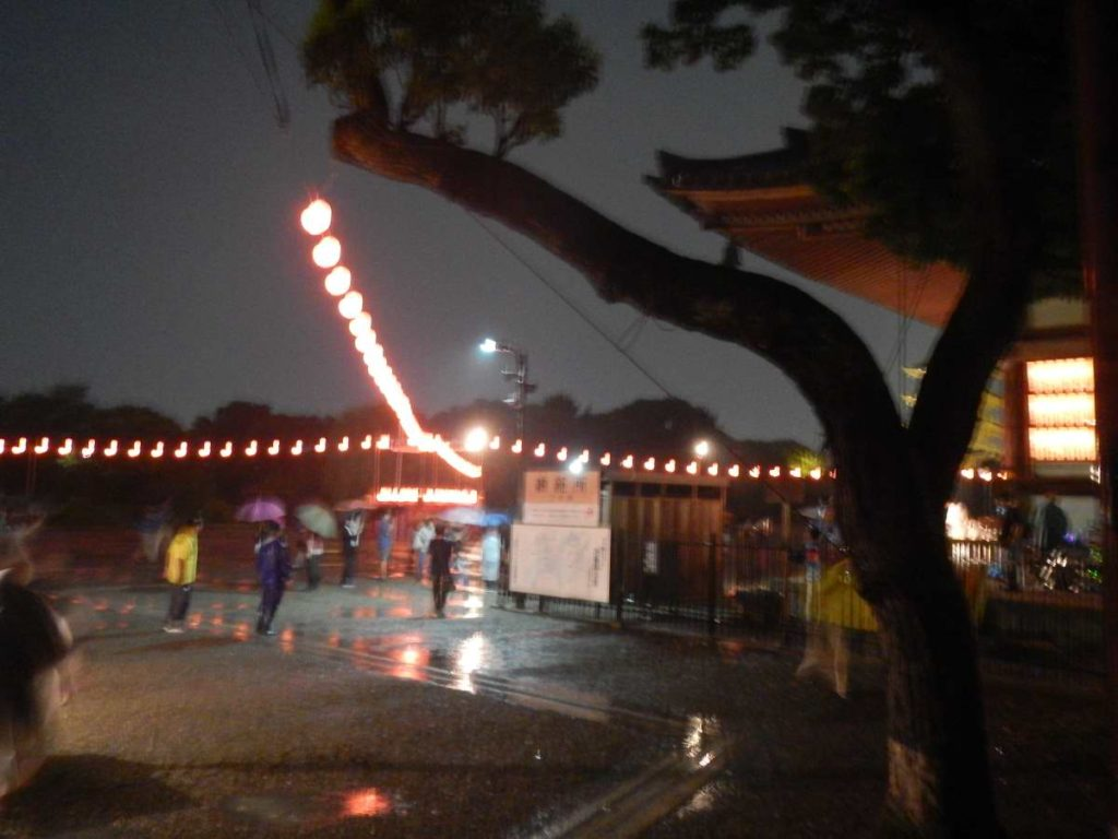 雨の盆踊り大会