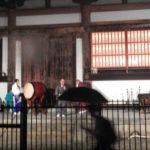 想い叶わず雨の中、それでも踊る東寺万灯会盆踊り大会