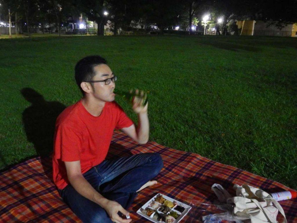 ひとりナイトピクニックで酒を飲む