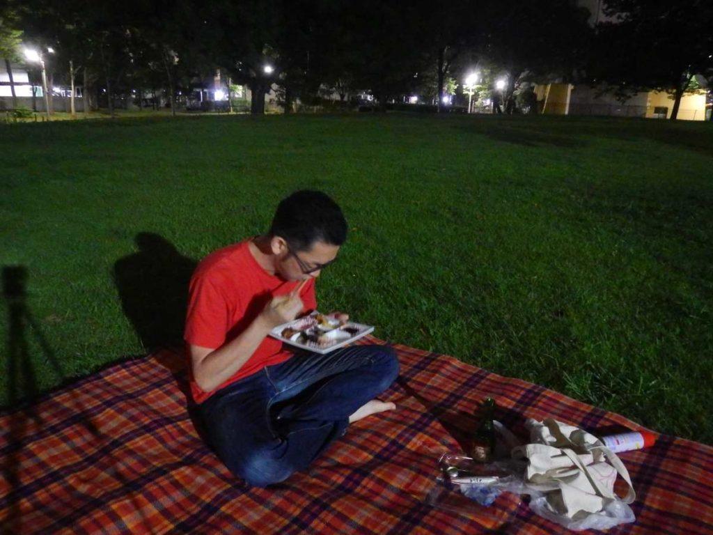 ひとりナイトピクニックお弁当を食べる