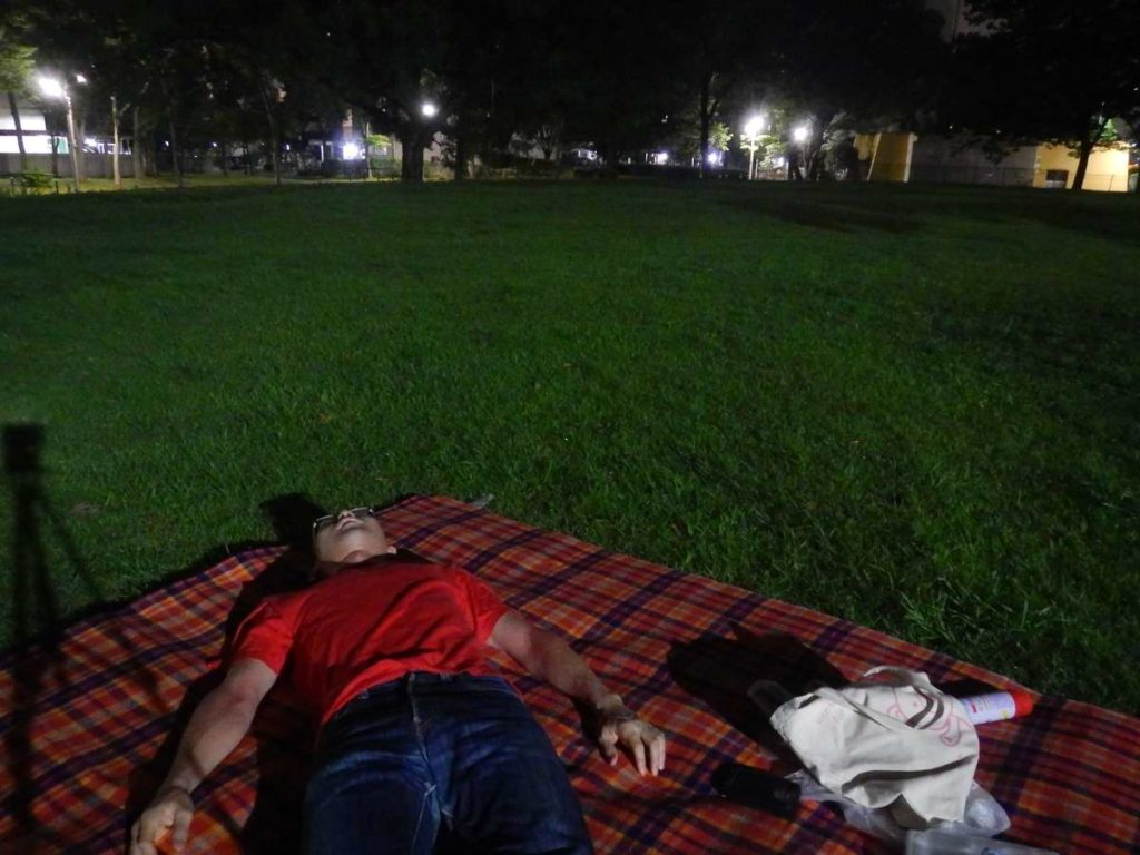 ひとりナイトピクニックで寝転がる
