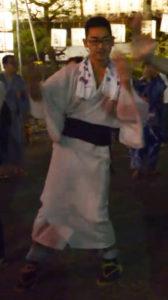浴衣姿で盆踊り