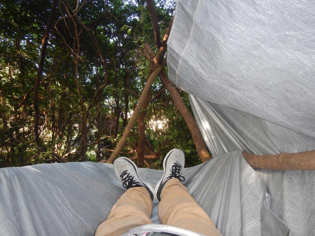 高床式寝床と足