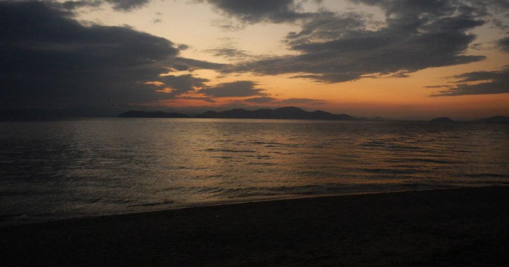 朝日が昇る前の琵琶湖